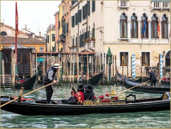 Gondoles au Traghetto de Santa Sofia, dans le Sestier du Cannaregio à Venise.