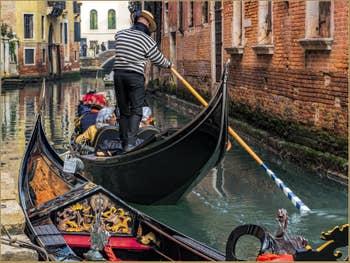 Parfum de Carnaval en Gondole, sur le Rio del Mondo Novo, dans le Castello à Venise.