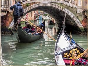 Gondoles sous le Pont Sant' Antonio qui relie le Castello au Sestier de Saint-Marc à Venise.