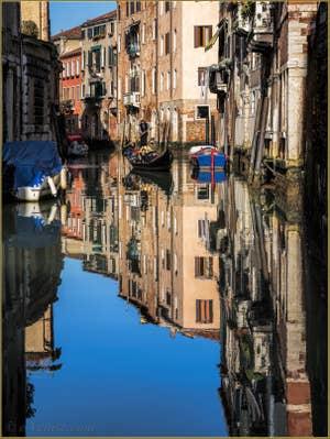 Gondole et reflets sur le Rio dei Santi Apostoli, dans le Sestier du Cannaregio à Venise.