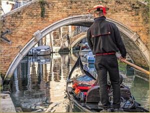 Gondole sur le Rio et sous le pont Widmann, dans le Cannaregio à Venise.