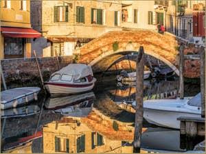 Reflets d'Or sur le Rio di San Nicolo Mendicoli devant le pont de la Piova, dans le Dorsoduro à Venise.