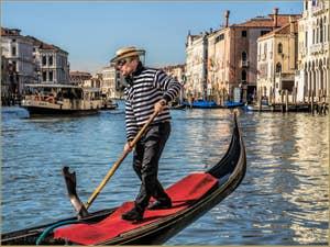 Gondolier sur le Grand Canal de Venise.