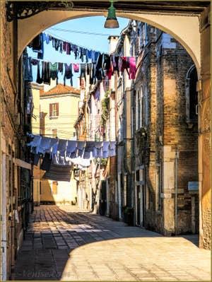 Lessive Sotoportego e Calle de le Colone, dans le Castello à Venise.
