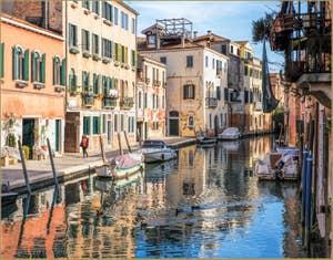 Famille Canard sur le Rio de la Sensa, le long de la Fondamenta dei Mori, dans le Cannaregio à Venise.