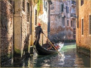 Gondole et Gondolier Rio dei Miracoli, dans le Cannaregio à Venise.