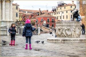 Petits Vénitiens sur le Campo San Giovanni e Paolo, dans le Castello à Venise.