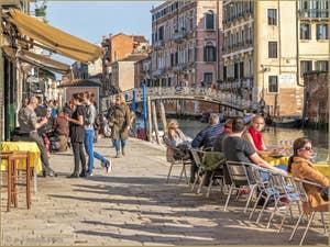 Spritz Bronzette et Ciel Bleu sur la Fondamenta dei Ormesini, dans le Cannaregio à Venise.