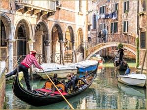 Gondoliers sur le Rio de Ca' Widmann devant le pont del Piovan, dans le Cannaregio à Venise.
