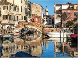 Les Reflets du Rio San Nicolo Mendicoli, dans le Dorsoduro à Venise.