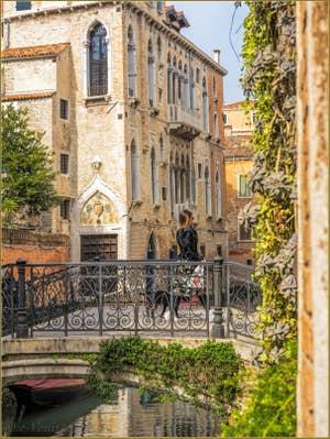 Le Palazzo Soranzo Van Axel et le pont de le Erbe, dans le Cannaregio à Venise.