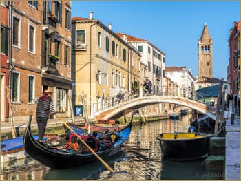 Gondole Rio de San Barnaba devant le pont dei Pugni, dans le Dorsoduro à Venise.