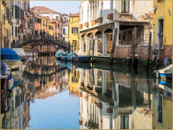 Plénitude sur le Rio Priuli Santa Sofia le long du Sotoportego de la Guerra, dans le Cannaregio à Venise.