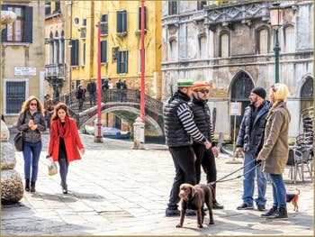 Gondoliers à Santa Maria Formosa, dans le Castello à Venise.