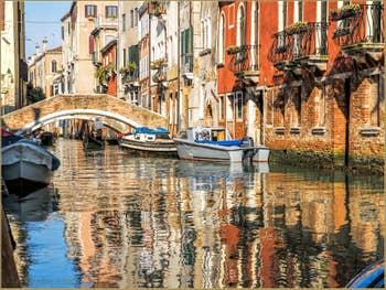 Reflets Rio de San Felice devant le pont de la Racheta, dans le Cannaregio à Venise.