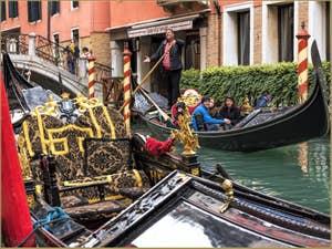 Gondoles sur le Rio dei Bareteri et devant le pont dei Pignoli, à Saint-Marc à Venise.