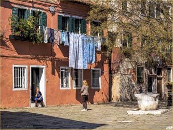 La vie Vénitienne sur le Campo de le Gorne, dans le Castello à Venise.
