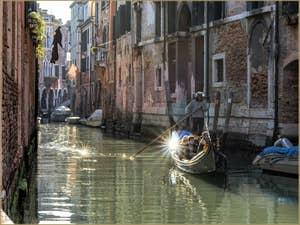 Gondole dans le Soleil du Rio dei Santi Apostoli, dans le Cannaregio à Venise.