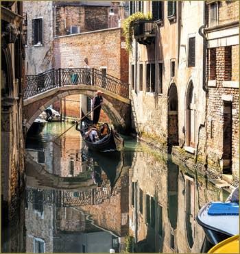 Gondole sur le Rio Menuo o de la Verona, à Saint-Marc à Venise.