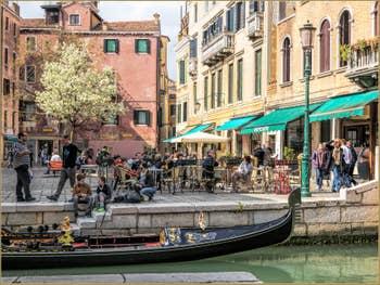 Gondole et Arbre en Fleurs à Santa Maria Nova, dans le Cannaregio à Venise.
