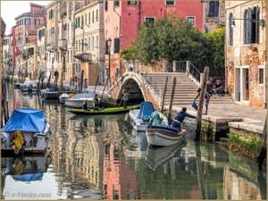 Bateaux sur le Rio de la Sensa et sous le pont Brazzo, dans le Cannaregio à Venise.