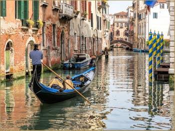Gondole sur le Rio de Santa Marina, au fond le pont Minich, dans le Castello à Venise.