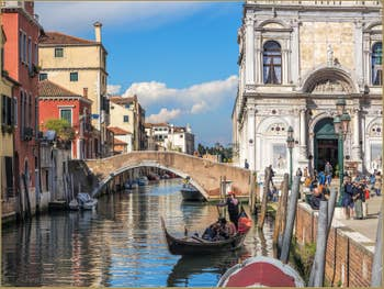 Gondole Rio dei Mendicanti devant la Scuola San Marco, dans le Castello à Venise.