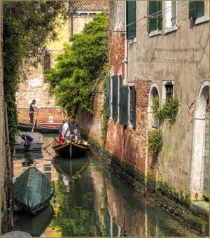En Bateau sur le Rio de la Racheta, dans le Cannaregio à Venise.