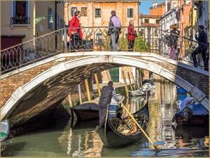 Gondole sur le Rio et sous le pont de San Stin, à San Polo à Venise.