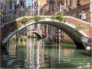 Gondole dans les reflets du Rio de la Fava, entre Saint-Marc et le Castello à Venise.