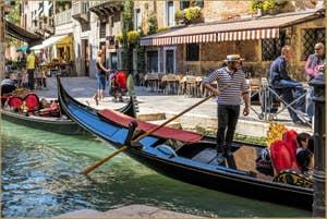 Gondole sur le Rio del Megio, à Santa Croce à Venise.