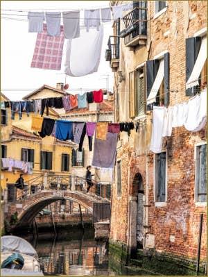 Lessive au pont del Rielo, dans le Castello à Venise.