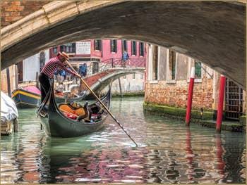 Gondole sur le Rio de San Zulian, entre les Sestieri du Castello et de Saint-Marc à Venise.