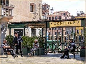 Les Gondoliers du Traghetto de Santa Sofia, dans le Cannaregio à Venise.