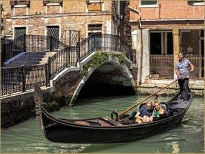 Amoureux en Gondole Rio de San Severo, dans le Castello à Venise.