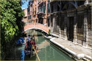Gondole sur le Rio Widmann devant le pont Pasqualigo, dans le Cannaregio à Venise.