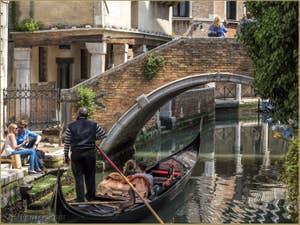 Venise Ville de l'Amour, couples d'amoureux devant le pont Widmann, dans le Cannaregio à Venise.