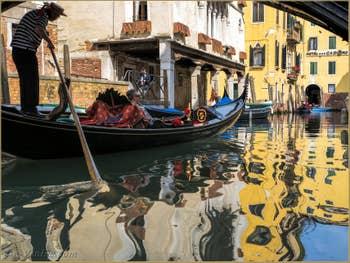 Gondole dans les reflets du Rio Priuli o Santa Sofia, dans le Cannaregio à Venise.