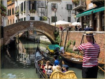Gondole sur le Rio dei Miracoli devant le pont Santa Maria Nova, dans le Cannaregio à Venise.
