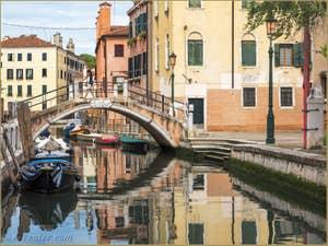 Le pont et le Campo San Nicolo dei Mendicoli, dans le Dorsoduro à Venise.