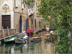 Sandoletti sur le Rio de la Panada devant le Palais Van Axel, dans le Cannaregio à Venise.