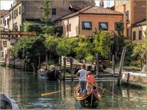 En bateau sur le Rio de la Sensa, dans le Cannaregio à Venise.