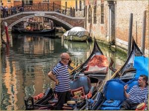 Gondoliers sur le Rio de San Zulian devant le pont Balbi à Venise.