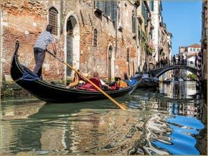 Gondole sur le Rio de Santa Marina devant le pont del Cristo dans le sestier du Cannaregio à Venise