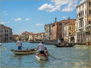 Jeunes Vénitiens sur le Grand Canal de Venise.