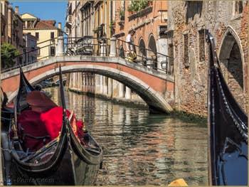 Gondoles sur le Rio de San Felice, pont Ubaldo Belli, dans le Cannaregio à Venise.