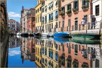Couleurs et reflets sur le Rio Marin, à Santa Croce à Venise.