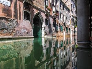 Reflets sur le Rio de la Verona, à Saint-Marc à Venise.