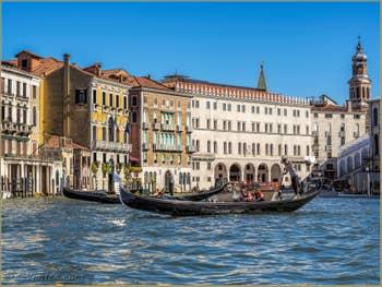 Gondoles sur le Grand Canal de Venise face au Fondaco dei Tedeschi.