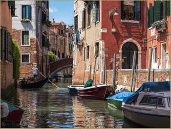 Gondole sur le Rio de Sant' Andrea, dans le Cannaregio à Venise.